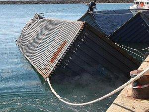 Gemiden düşen 83 konteyner kayboldu