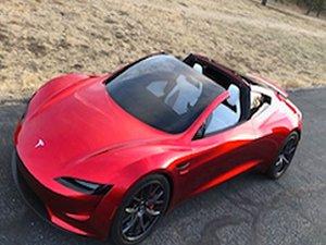 Tesla Roadster dikkat çekiyor