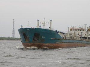 Arızalanan gemi römorkörle geçirildi