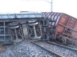 Yük treninin 16 vagonu raydan çıktı