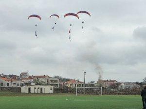 THK'dan motorlu yamaç paraşütü gösterisi