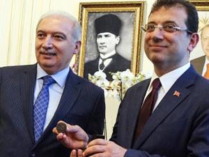 İstanbul Büyükşehir Belediyesi'nde devir teslim yapıldı, İmamoğlu mührü aldı