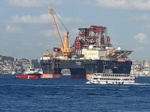 'Scarabeo 9' isimli petrol arama platformu İstanbul Boğazı'ndan geçti