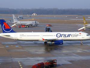 Onur Air'ın pilotu camdan iple aprona atladı