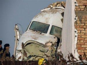 Kazakistan'da yolcu uçağı evlerin bulunduğu bölgeye düştü