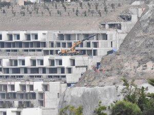 Turizm merkezlerindeki kaçak yapıların yıkımı devam ediyor