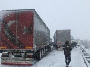 Yoğun kar yağışı ve TIR kazaları Bursa-Ankara yolunu kapattı