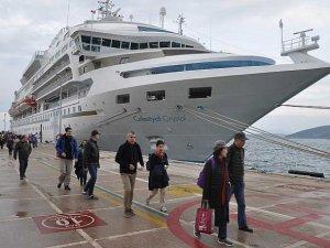 Yılın ilk kruvaziyer gemisi Kuşadası Limanı'na yanaştı