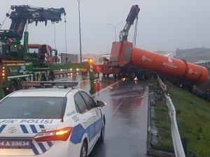 İBB'ye ait TIR, TEM Otoyolu'nda kaza yaptı