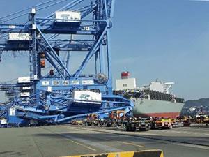 Konteyner gemisi limanda bulunan 1 gemi ve 3 vince çarptı