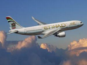Etihad uçağı Kraliyet jetleri eşliğinde indi