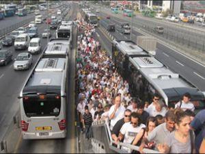 Metrobüs'te elektrik kablosu paniği yaşandı