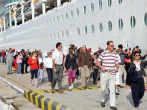 Kuşadası'na 6 gemi ile 12 bin turist geldi