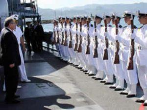 Donanma gemileri ziyaretçi akınına uğradı