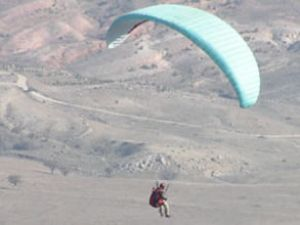 Paraşütle 130 km uzun mesafe uçuşu yaptı