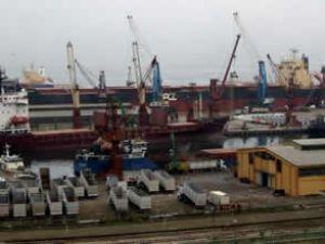 Dev gemi Bandırma Limanı'na zor yanaştı