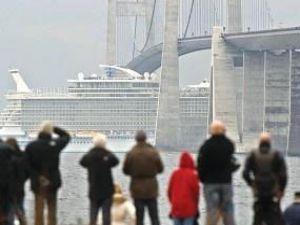Gemi köprüden kılpayıyla geçti