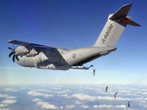 Airbus CEO'su, A400M'den paraşütle atladı