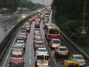 İstanbul'da yoğun yağış trafiği felç etti