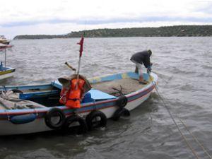 Balıkçılar teknelerini kurtarmaya çalışıyor