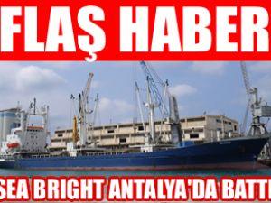Antalya'da kargo gemisi kayalara bindirdi