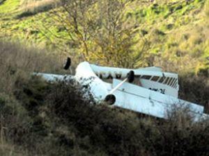 İki kişinin bulunduğu uçak tarlaya indi