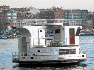 Küçük deniz evi Kadıköy'e demirledi