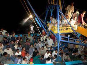 Kaçak göçmenleri taşıyan ahşap tekne battı