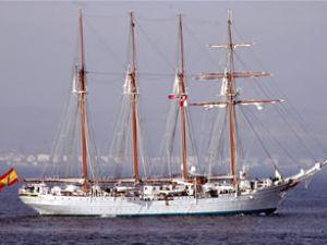 Yelkenli gemi Çanakkale Boğazı'ndan geçti
