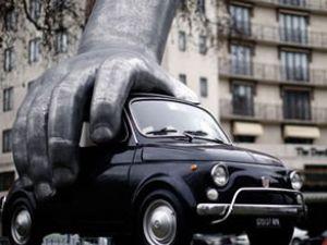 "Londra'ya 5 m'lik dev ""Fiat 500"" heykeli"