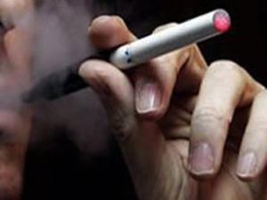 Uçakta sigara içtiği için gözaltına alındı
