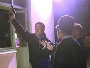 Kendini polis sandı, gazeteciye silah çekti