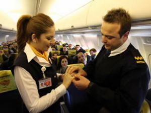 Kabin görevlisine evlilik teklifi sürprizi
