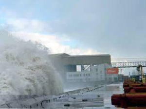 12 metrelik dalgalar korkulu anlar yaşattı