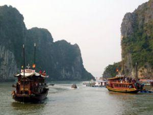 Halong Körfezi'nde turistik tekne battı