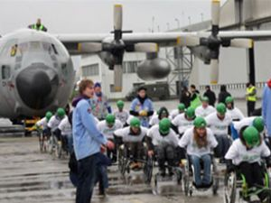 C-130'u tekerlekli sandalye ile çektiler