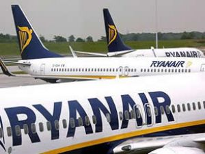 Ryan Air'in pilot kabininin camına bant