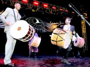 THY'nin galasında Kobe'den davul şovu
