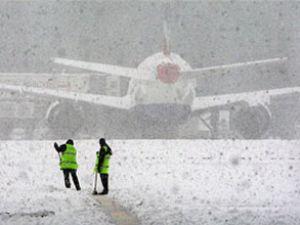 Hava ulaşımını kar olumsuz etkiliyor