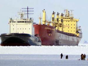 Körfezde donan gemiyi buz kırıcı kurtardı