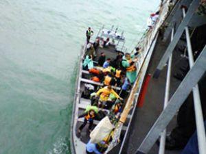 Hangar gemisi mahsur kalanları kurtarıyor