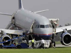United Airlines uçağı pistten çıktı