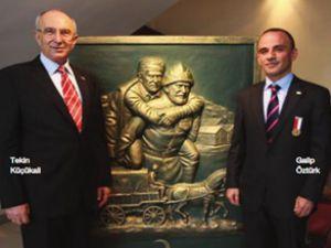 Galip Öztürk'e Kızılay Merhamet Madalyası