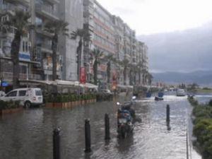İzmir'de denizin yükselmesi korkuttu