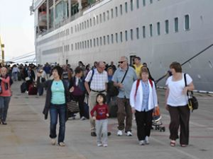 Kuşadası Limanı'na 4 gemi birden yanaştı