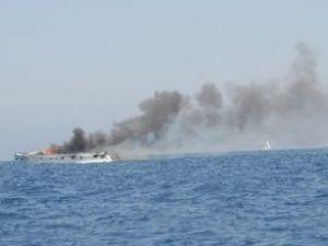 Lüks sürat teknesi denizin ortasında yandı