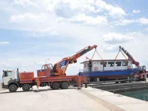 'Ahlat' teknesi Van Gölü'nde suya indirildi