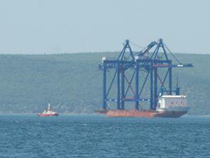 Çanakkale'den dev vinç gemisi geçti
