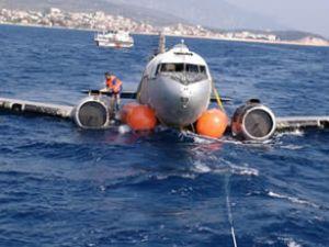 Uçak, Safetmade balonlarıyla yüzdürüldü
