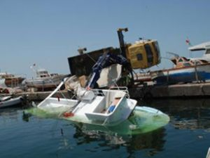 25 metrelik 'Okyanus' teknesi vinci devirdi